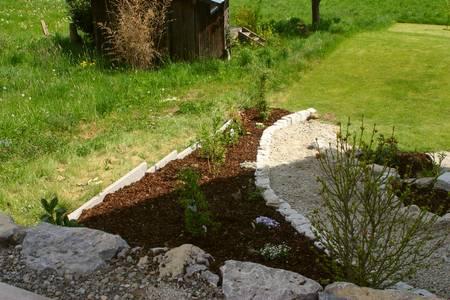 gartengestaltung mit steinen und rindenmulch am hang – siteminsk, Garten und bauen